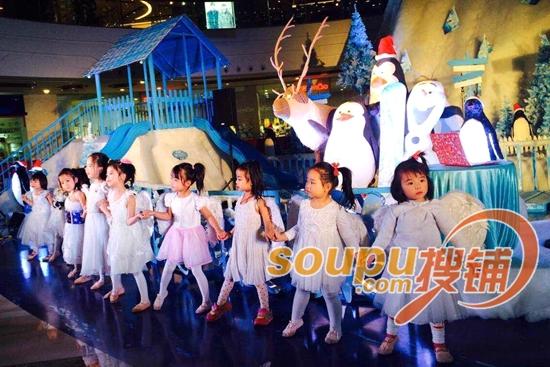 青岛圣诞节布展花样多 李沧万达广场变身冰雪世界