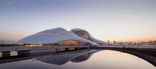建筑外立面采用白色铝质板包裹在与周边自然景观协调的建筑形体上