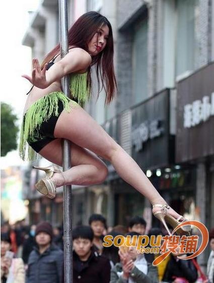 南京夫子庙美女身穿比基尼大跳钢管舞