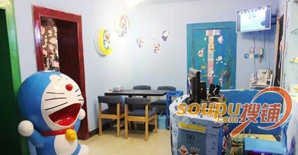 各种多啦a梦造型的装饰品,充斥在大厅的各个角落,灯饰,餐具,装饰物
