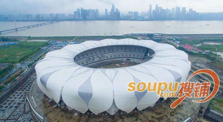 虽然杭州2022年亚运会的主场馆目前并未公布,不过作为建成后以体育和会展功能为主的奥体博览城,已然成为呼声最高的候选。 不只是亚运会。从明年开始,杭州将接连迎来重要国际会议、中国大中学生运动会、世界短池游泳锦标赛及世界游泳大会等重量级会议和赛事,奥体博览城都将可能是主场馆。 目前,奥体博览城的建设正在有条不紊地进行。据奥体博览城建设指挥部工作人员介绍,杭州国际博览中心目前正在进行精装修,有望在明年4月份完工,这将是奥体博览城最早交付使用的场馆。 民间资本紧盯这块大蛋糕 作为一个民营经济大省,浙江的民营企