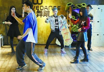 又到一年一度公司年会集中时段 沪上舞蹈会所被带火图片