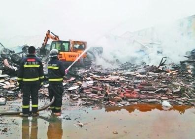 黄陂一工业园夜发仓库两家家具厂家具被烧毁哪家海棠好大火木图片