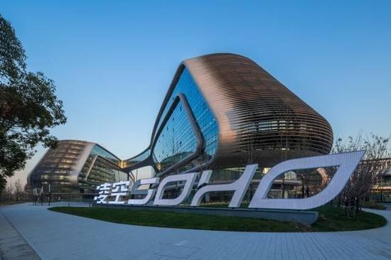 凌空soho由扎哈·哈迪德担纲总建筑设计师,是扎哈在上海的首个建筑设