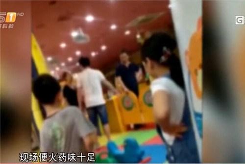 东莞俩娃商场儿童游乐园争滑梯引家长当面打架