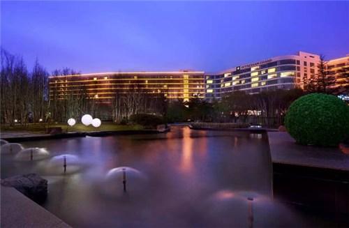 青岛银沙滩温德姆至尊酒店 -流线型设计与流动的海水相呼应