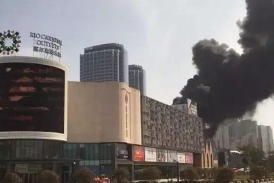 黄岛海上嘉年华奥莱商场突发大火(火光冲天)