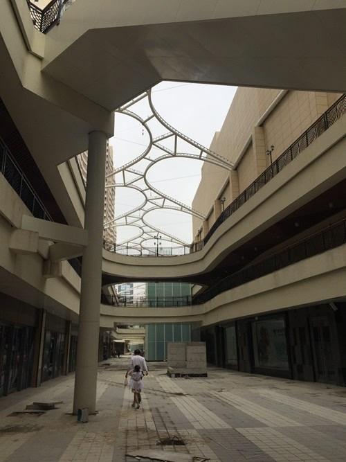 步行街顶棚无覆盖▲-烟台开发区星颐广场承诺的餐饮商铺成空 业主要