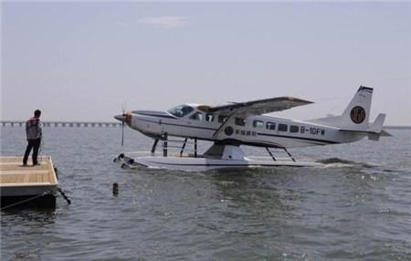 一架水上飞机从上海金山海滩起飞后撞桥
