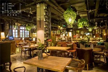 胡桃里是一个是餐厅与酒吧结合