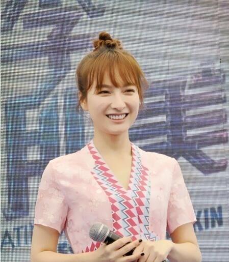 温碧泉代言人刘亦茹f�x�_吴昕作为温碧泉的代言人来合肥与粉丝见面,在见面会上,她也大方分享了