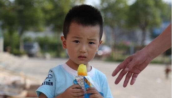 """""""崔先生称,近期他的店里""""可爱多""""冰淇淋甜筒卖得最好,""""好阿婆""""以及"""